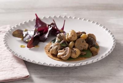 Tarte fine de gésiers de canard aux champignons aux marrons entiers, cèpes et persil, salade croquante et vinaigrette moutardée aux herbes fraiches - Photo par Cassegrain