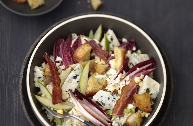 Salade d'endive rouge au Bresse Bleu, œuf dur et chips de lard - Photo par Bresse Bleu