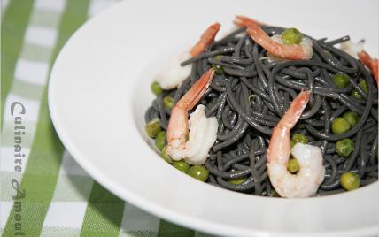 Spaghettis noirs maison aux petits pois et crevettes - Photo par Culinaire Amoula