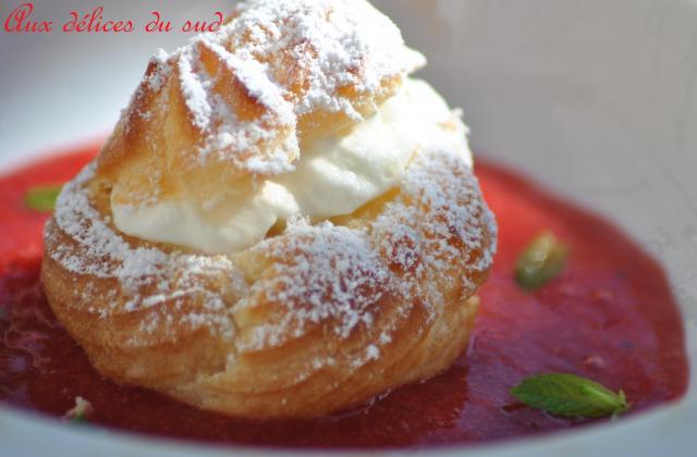Choux chantilly mangue et coulis  de fraises - Photo par cricri3005