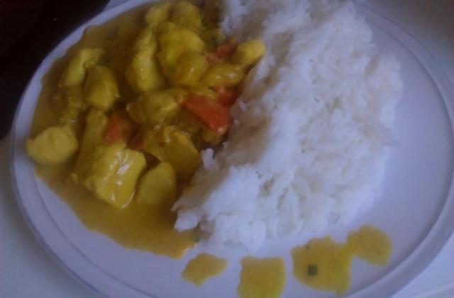 Poulet au curry et à la mangue accompagné de son riz - Photo par laurenptm