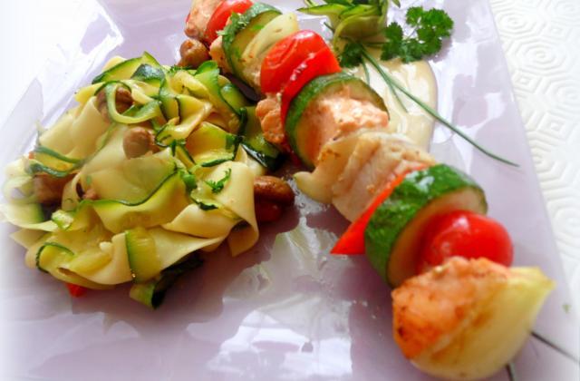Tagliatelles de courgettes et pâtes et sa brochette de poissons - Photo par riblet