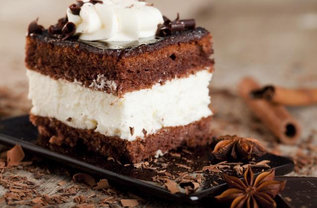 Carrés de biscuit au chocolat et épices façon Forêt-Noire - Photo par Bérengère
