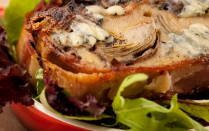 Terrine tiède de Fourme d'Ambert pommes, artichauts et jambon de pays, salade d'endive et betterave. - Photo par La Fourme d'Ambert