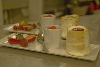 Soufflé au citron vert et coulis de fraise, sorbet fraise estragon et fruits frais - Photo par 750g