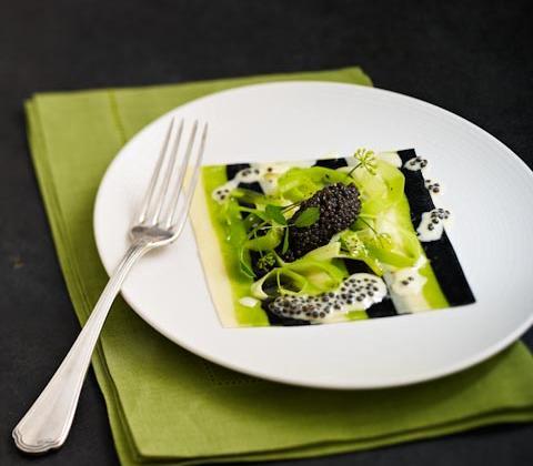 Fines lasagnes de caviar d'aquitaine, jeunes poireaux à la goutte d'huile d'olive vierge - Photo par Editions GLD