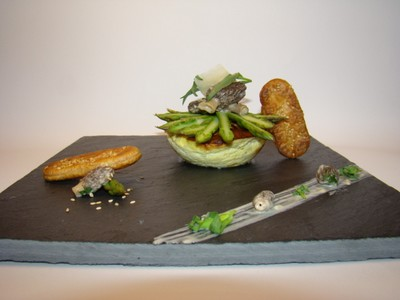 Quiche destructurée aux asperges vertes, morilles estragon et parmesan - Photo par Sandrine Baumann