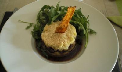 Pressée de pommes de terre, effilochée de boeuf bourguignon, réduction de jus de cuisson, chips de carotte - Photo par ludoviyC