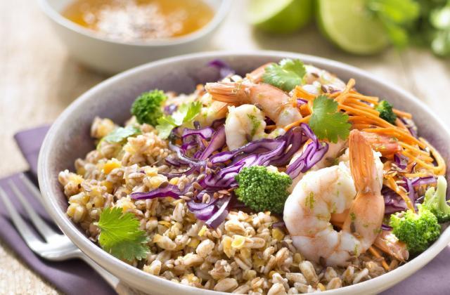 Bowl épeautre, lentilles corail, sésame, crevettes et chou rouge - Photo par Carrefour Bio