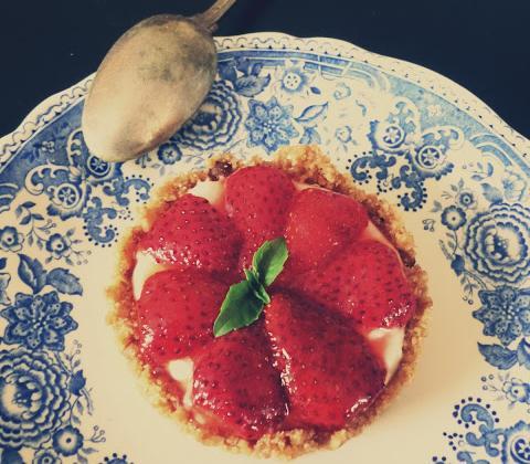 Tartelettes fraises, basilic et mousse de chèvre... sans cuisson - Photo par Petite Cuillère et Charentaises