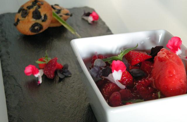 Consommé glacé fraises-framboises, sorbet à la fraise,pesto sucré au basilic et financiers aux olives confites - Photo par Histoire de goûts