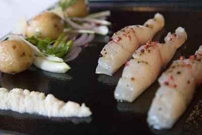 Pommes de terre Grenailles de l'ile de ré au raifort, épaisses tranches de daurade à cru - Photo par 750g