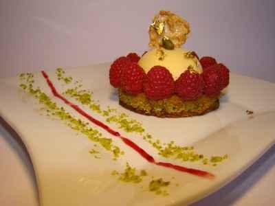 Tartelette aux framboises, pistache et nougat de Montélimar - Photo par Sandrine Baumann