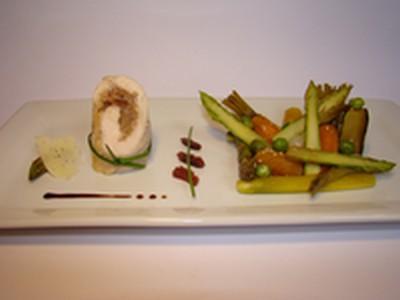Suprême de poulet farci à la tomme au foin et confiture de figue, petits légumes du moment sautés eu soja et graines de sésame - Photo par Sandrine Baumann