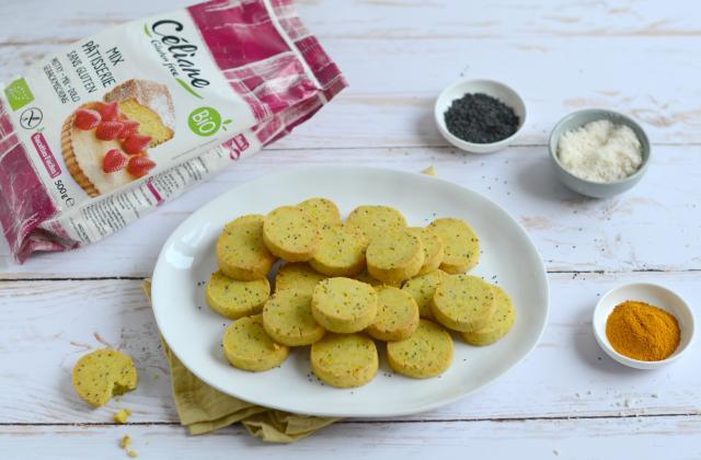 Sablés salés sans gluten aux graines de pavot, curcuma et amandes - Photo par Nadia Paprikas