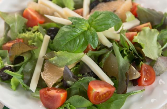 Salade de jeunes pousses, pamplemousse, Etorki et olives noires - Photo par Quiveutdufromage.com