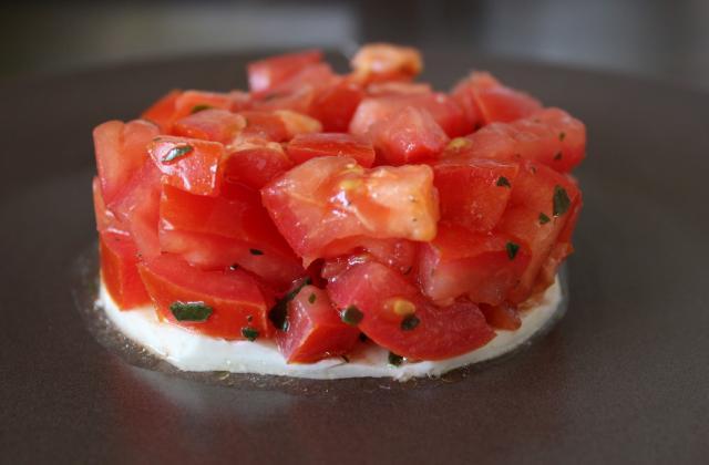 Tartare de tomates/basilic sur lit de mozzarella - Photo par Mel's way of life