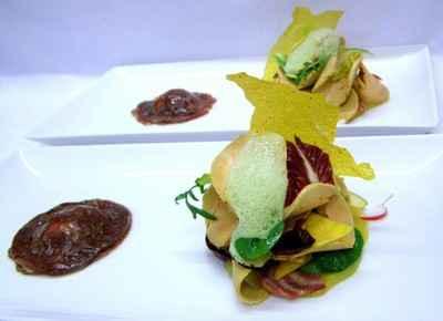 Raviole de magret au confit siphonné et crudité de foie gras, air de roquette et feuille craquante à la muscade - Photo par 750g