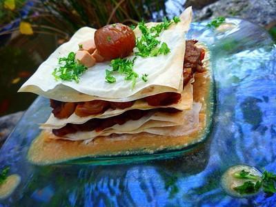 Millefeuille de joues de porc braisées aux châtaignes et au cidre, sauce crémeuse au foie gras - Photo par Chez Inoule