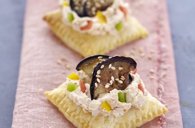 """Bouchée feuilletée à l""""Apérivrais tartinade aux 3 poivrons et aubergine grillée au sésame - Photo par Quiveutdufromage.com"""