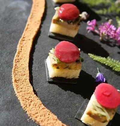 Toasts de foie gras de canard mi-cuit sous une chiffonnade de mange-tout au basilic et pêche d'été - Photo par 750g