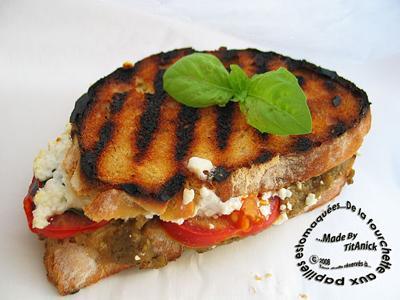Sandwichs grillés à la chair d'aubergine aillée, tomate, fêta, basilic - Photo par TitAnick