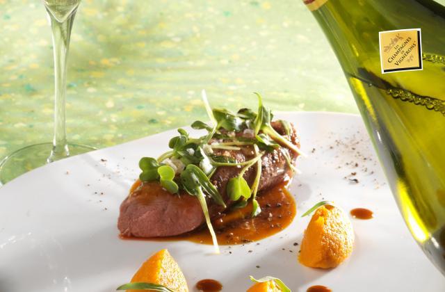 Selle d'agneau vapeur à l'estragon,carottes au cumin et jus déglacé à l'eau de carotte avec un champagne de vigneron extra-brut - Photo par Les Champagnes de Vignerons