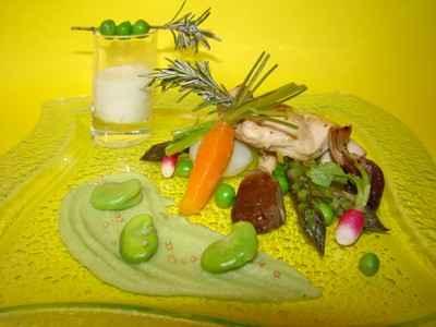 Farandole de petits légumes du printemps, purée de fèves, veau moutardé à l'ancienne et émulsion de romarin - Photo par Sandrine Baumann