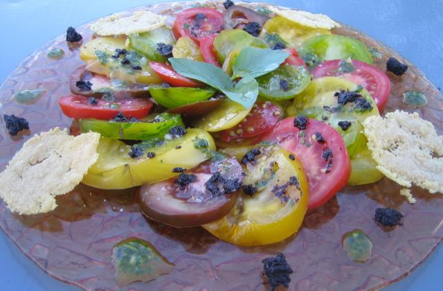 Carpaccio de tomates anciennes au pesto, tapenade et tuiles au parmesan - Photo par 750g
