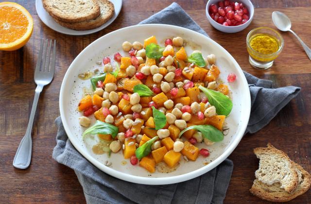 Salade tiède à la courge Butternut, pois chiches, grenade et vinaigrette à l'orange - Photo par Silvia Santucci