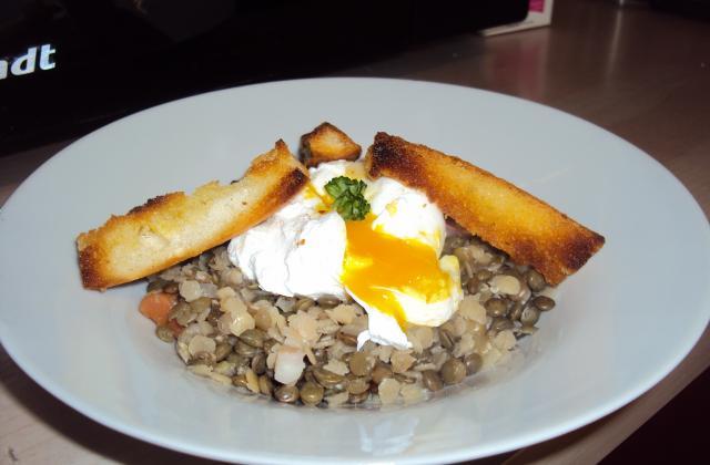 Salade tiède de lentilles et saumon fumé, œuf poché et vinaigrette citronnée - Photo par Chef Christophe