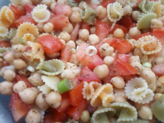 recette salade folle de p 226 tes et pois chiches au basilic not 233 e 4 2 5