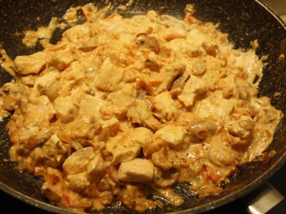 recette escalope de poulet la cr me tomate et champignon not e 4 1 5. Black Bedroom Furniture Sets. Home Design Ideas