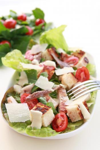Recette salade c sar aux aiguillettes de poulet grill - Recette salade cesar au poulet grille ...